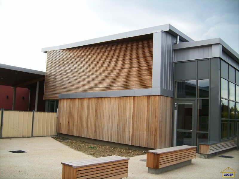 Centre de loisirs à St Doulchard (18) Bardage bois massif Red Cedar  .JPG